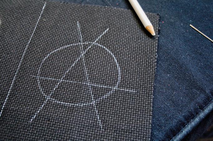 Anarcho-Kreuzstich - Sticken bleibt politisch - Anarcho-A vorgezeichnet - Zebraspider DIY Anti-Fashion Blog