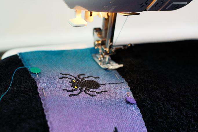 Halloween Wichteln - Geschenke Teil 2 - bestickte Borte aufnähen - Zebraspider DIY Anti-Fashion Blog