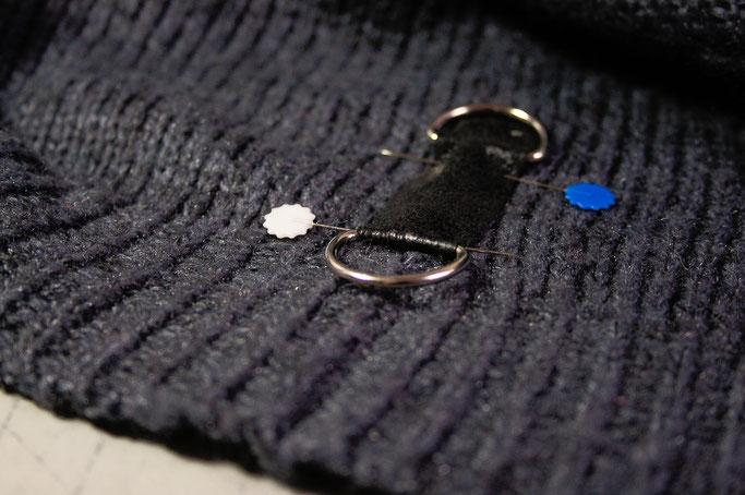 Strickpulli ruinieren mit Laufmaschen und Stil - D-Ringe - Zebraspider DIY Anti-Fashion Blog