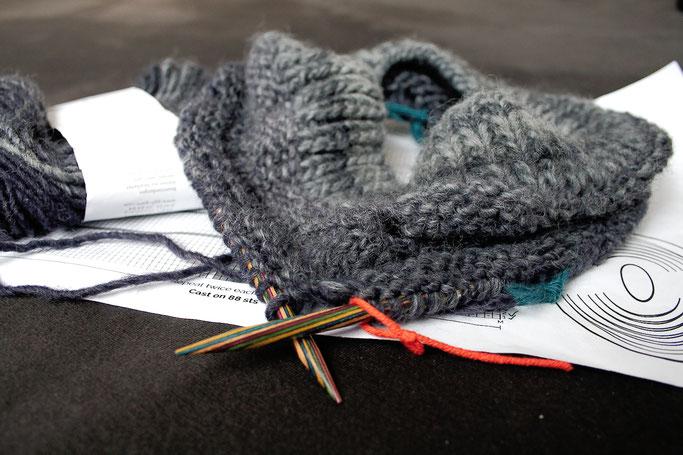 Ein Garn - zwei Strickprojekte - Outbreak Cowl Anleitung und Anfang - Zebraspider DIY Anti-Fashion Blog