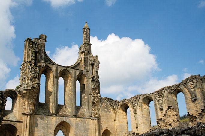 Die Ruinen der Byland Abbey - gotische Kirche Rosenfenster - Zebraspider DIY Anti-Fashion Blog