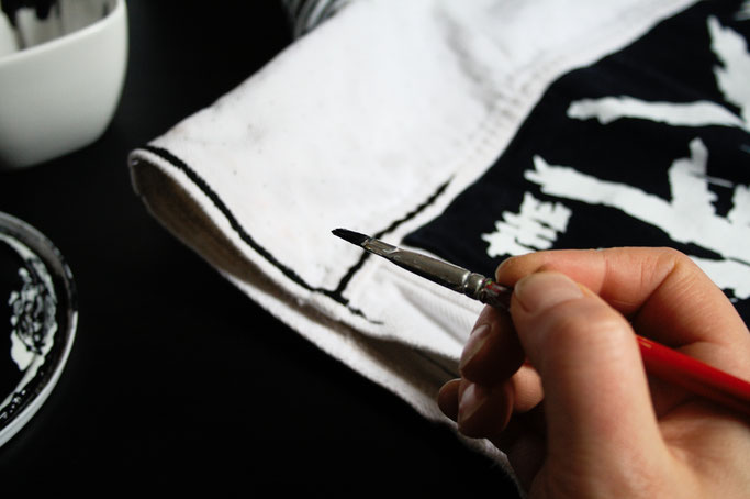 Mehr schwarz auf der weißen Weste - Linien malen - Zebraspider DIY Anti-Fashion Blog