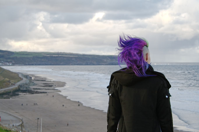 Gothics in Whitby (und Fotos vom Meer) - windiger Ausblick - Zebraspider DIY Anti-Fashion Blog