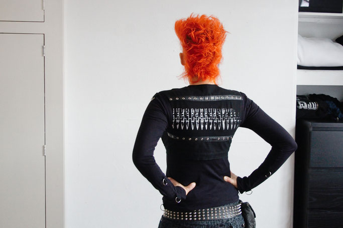 Monochromes Samstags-Oufit - Kurzweste und Bondageshirt - Zebraspider DIY Anti-Fashion Blog