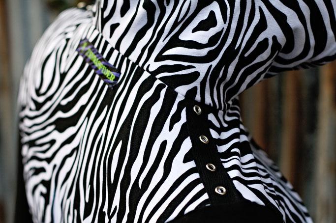 Die neuen Zebrakapuzenshrugs - Ösenband an der Schulter - Zebraspider DIY Anti-Fashion Blog