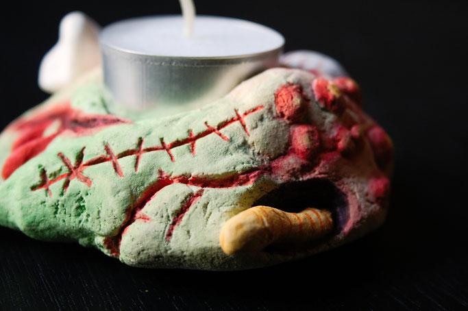 Halloween - gruseliger Kerzenhalter aus Salzteig - Narben und Wurmfraß - Zebraspider DIY Blog