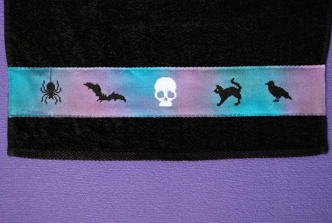 Halloween Wichteln - Geschenke Teil 2 - Handtuch mit Gothic Motiven - Zebraspider DIY Anti-Fashion Blog