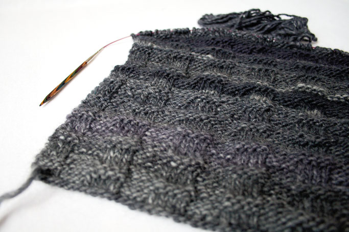 Ein Garn - zwei Strickprojekte - Yellow Brick Road Loop in Grau - Zebraspider DIY Anti-Fashion Blog