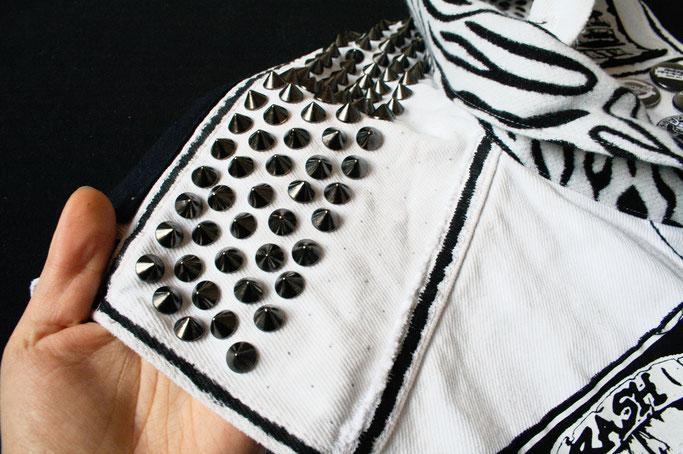 Mehr schwarz auf der weißen Weste - gunmetal Nieten zum Schrauben - Zebraspider DIY Anti-Fashion Blog