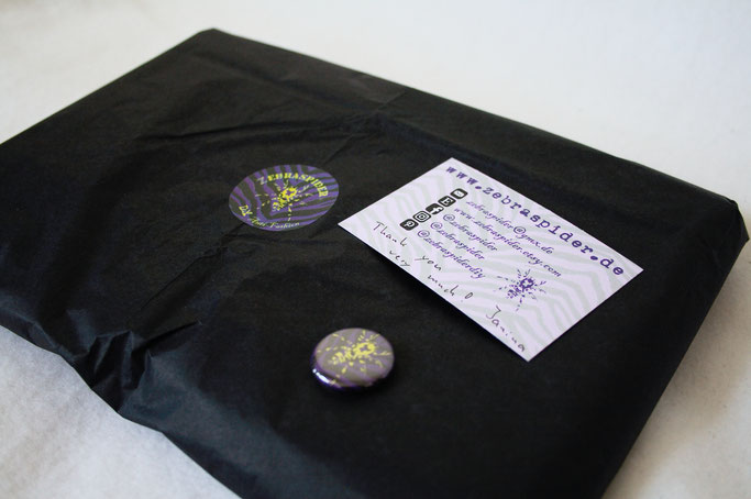 Buttons, Stempel und Verpackung - mit Aufkleber, Visitenkarte und Button - Zebraspider DIY Anti-Fashion Blog