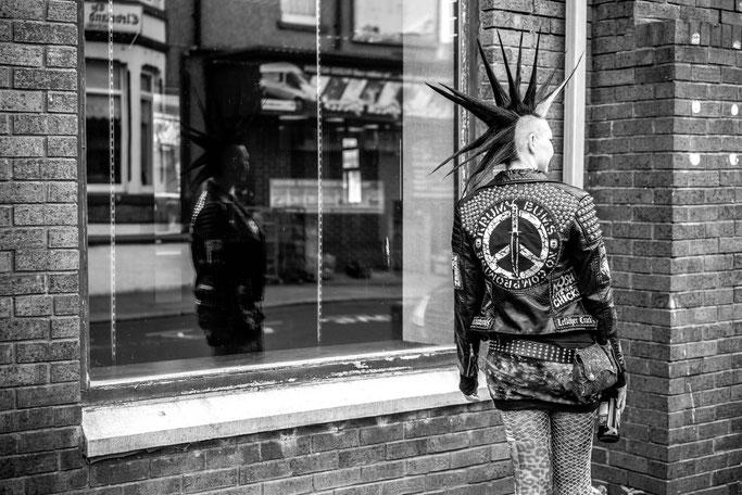 Rebellion Festival 2018 und Nietenjacke - schwarz weiß Spiegelung - Zebraspider DIY Anti-Fashion Blog