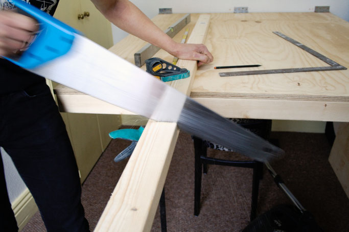 Zuschneide- und Siebdrucktisch - Holz sägen - Zebraspider DIY Anti-Fashion Blog