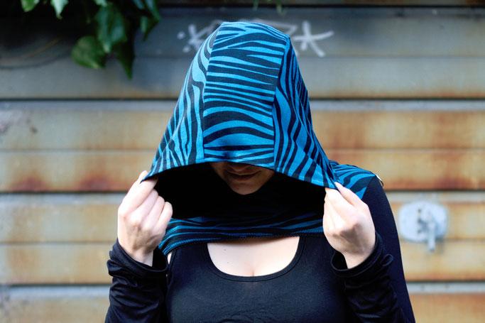 Die neuen Zebrakapuzenshrugs - Shrug mit extra großer Kapuze - Zebraspider DIY Anti-Fashion Blog