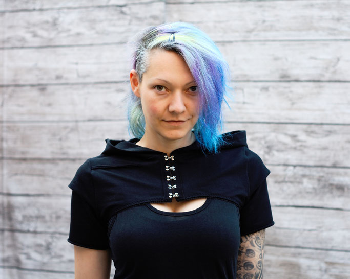 Die neuen Tops, Shirts und Shrugs sind online! - All black Chaos hooded Shrug - Zebraspider DIY Anti-Fashion Blog