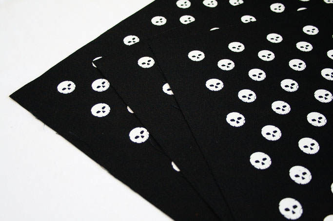 Stoffmuster selbst drucken - Polka Skulls Siebdruck - Zebraspider DIY Anti-Fashion Blog