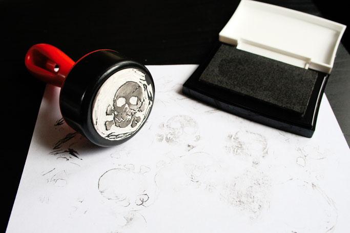 Stempel schnitzen und kreativ nutzen - handgeschnitzter Totenkopfstempel - Zebraspider DIY Anti-Fashion Blog