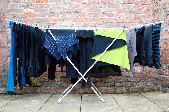 Wie wasche ich selbst genähte Sachen? - schwarzbunte Wäsche trocknen - Zebraspider DIY Anti-Fashion Blog
