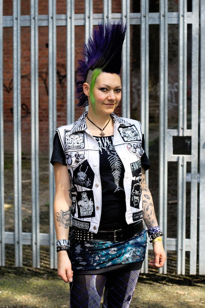 Mehr schwarz auf der weißen Weste - Punkweste Festivaloutfit - Zebraspider DIY Anti-Fashion Blog