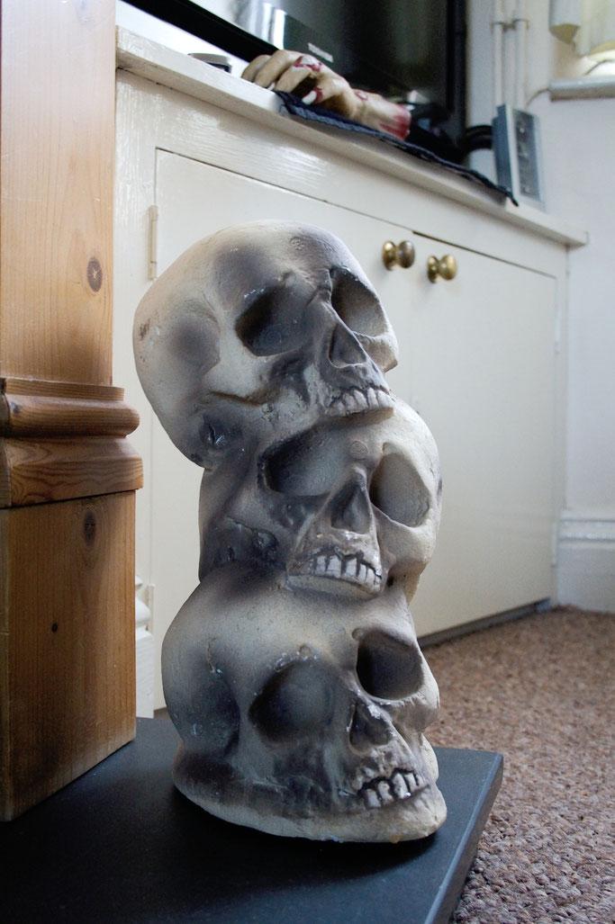 Warum auch Halloween politisch ist - Totenköpfe und Zombie-Hand - Zebraspider DIY Anti-Fashion Blog