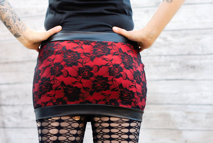 Die neuen Röcke sind online! - Rosen Spitze und Kunstleder in rot - Zebraspider DIY Anti-Fashion Blog