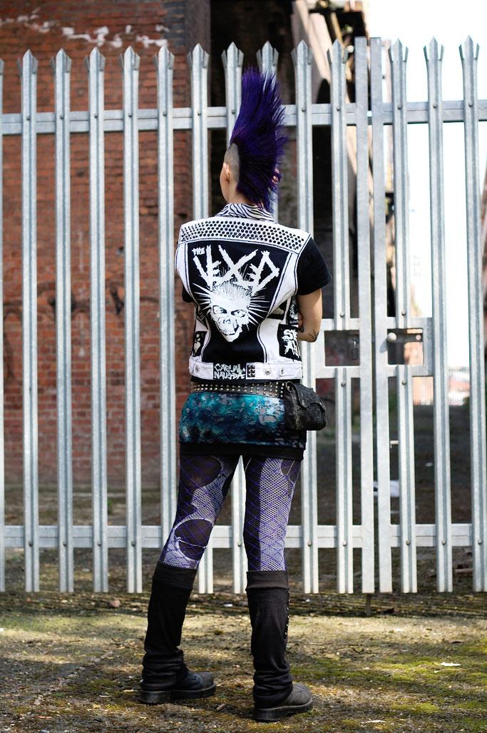 Manchester Punk Festival + Outfits - weiße Weste mit schwarzen Aufnähern und Nieten - Zebraspider DIY Anti-Fashion Blog