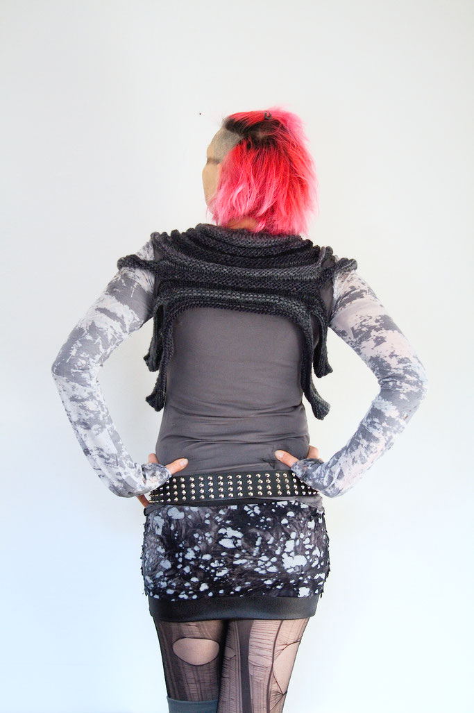 Endzeit Outfit mit Outbreak Cowl - gestrickter Mini-Shrug - Zebraspider DIY Anti-Fashion Blog