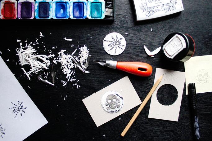 Stempel schnitzen und kreativ nutzen - Material, Stempelkissen und Aquarellfarbe - Zebraspider DIY Anti-Fashion Blog