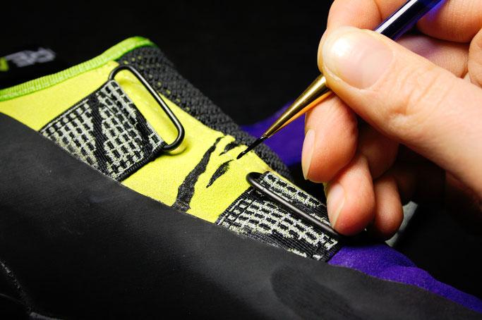 Was tun mit hässlichen Sportschuhen? - Zebramuster malen - Zebraspider DIY Anti-Fashion Blog
