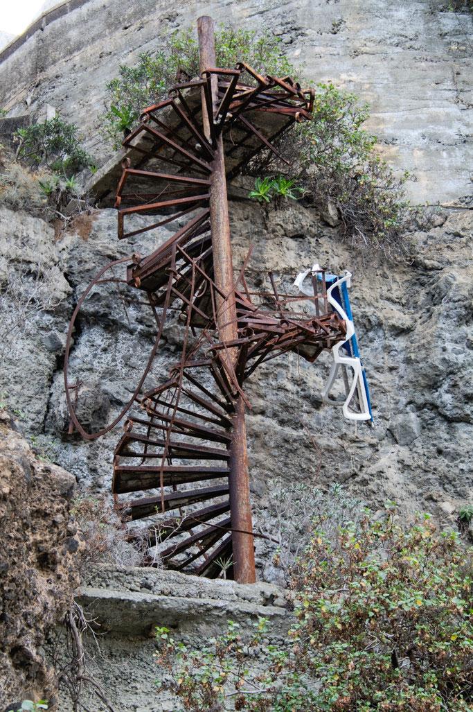 Leben und Vergehen - Teneriffa Fotos - rostige alte Treppe am Kliff - Zebraspider DIY Anti-Fashion Blog