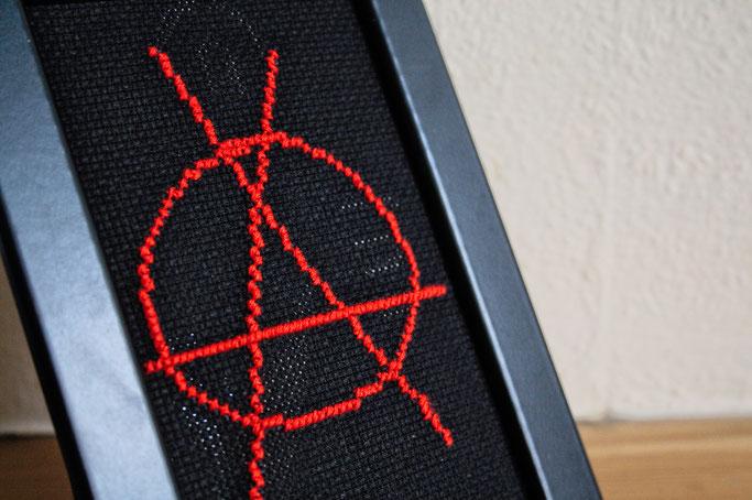 Anarcho-Kreuzstich - Sticken bleibt politisch - Anarchie im Rahmen - Zebraspider DIY Anti-Fashion Blog