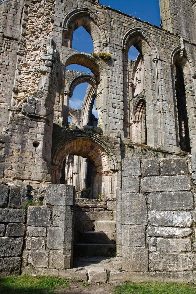 Die Ruinen der Fountains Abbey - Kirchenfenster und Treppe - Zebraspider DIY Anti-Fashion Blog