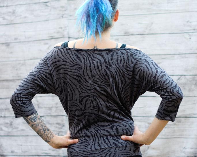 Die neuen Tops, Shirts und Shrugs sind online! - Grau-schwarzes Zebra Shirt mit Fledermausärmeln - Zebraspider DIY Anti-Fashion Blog