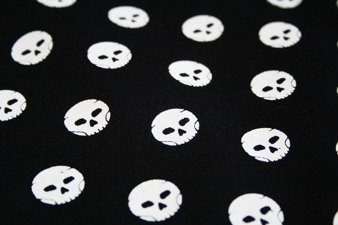 Stoffmuster selbst drucken - Polka Skulls Totenköpfe - Zebraspider DIY Anti-Fashion Blog