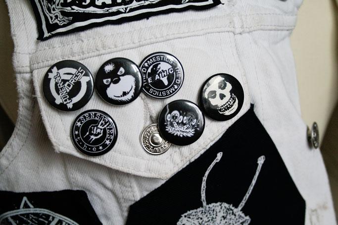 Die nicht mehr ganz so weiße Weste - Buttons auf der Tasche - Zebraspider DIY Anti-Fashion Blog