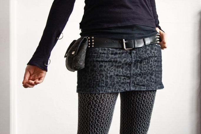 Monochromes Samstags-Oufit - schwarzer Leorock, Nietengürtel und Gürteltasche - Zebraspider DIY Anti-Fashion Blog