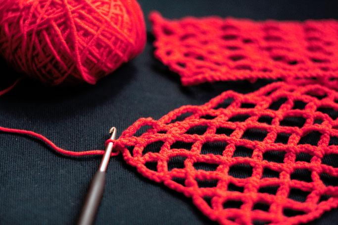 Woran ich momentan arbeite - rotes Netztop häkeln - Zebraspider DIY Anti-Fashion Blog