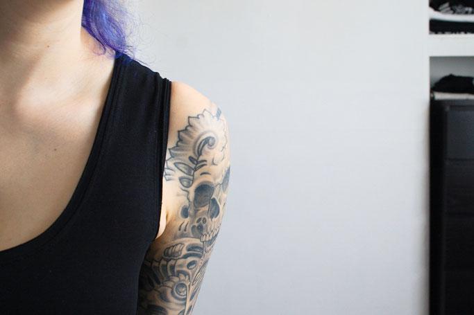 Kleines schwarzes Kleid mit rohen Kanten - offene Bündchen am Ausschnitt - Zebraspider DIY Anti-Fashion Blog