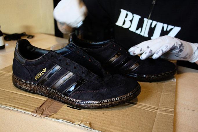 Besser in schwarz - Schuhe färben - zweite Schicht auftragen - Zebraspider DIY Anti-Fashion Blog