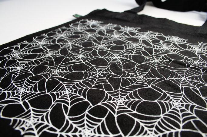 Endlich im Shop - vergessene Einzelstücke und Patronendrucke - Spinnennetz Tasche - Zebraspider DIY Anti-Fashion Blog