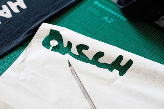 Vom Discharge Tourshirt zum Longsleeve - Freezer-Paper Schablone mit Inseln schneiden - Zebraspider DIY Anti-Fashion Blog
