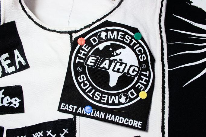 5 Möglichkeiten einen Aufnäher anzunähen - Patch auf Weste feststecken - Zebraspider DIY Anti-Fashion Blog