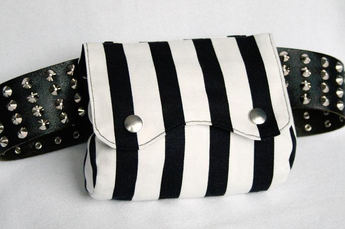 Verrückte Streifen - neue Aufträge - Gürteltasche schwarz weiß - Zebraspider DIY Anti-Fashion Blog