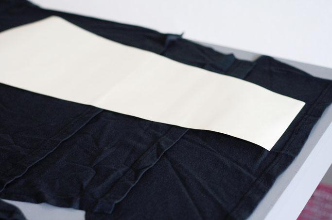 Vom Discharge Tourshirt zum Longsleeve - lange Ärmel aus anderem T-Shirt zuscheiden - Zebraspider DIY Anti-Fashion Blog