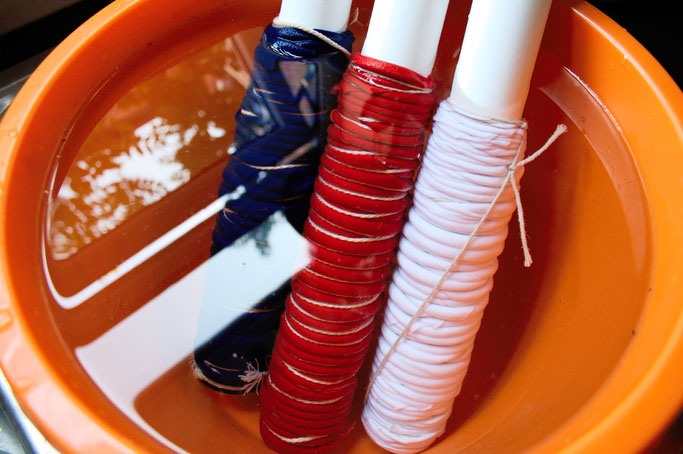 Zebra-Shibori Experiment - Pole-wrapping Batik Stoff einweichen - Zebraspider DIY Anti-Fashion Blog