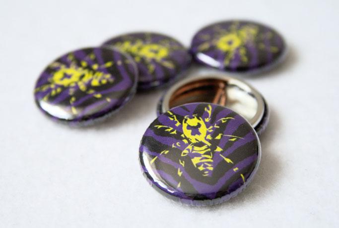 Buttons, Stempel und Verpackung - Zebraspider Button lila grün - Zebraspider DIY Anti-Fashion Blog