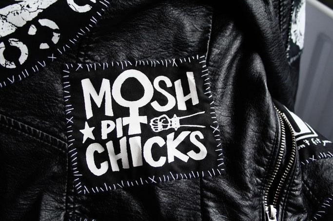Wo ich politische Aufnäher kaufe - Mosh Pit Chicks von RougeCat - Zebraspider DIY Anti-Fashion Blog
