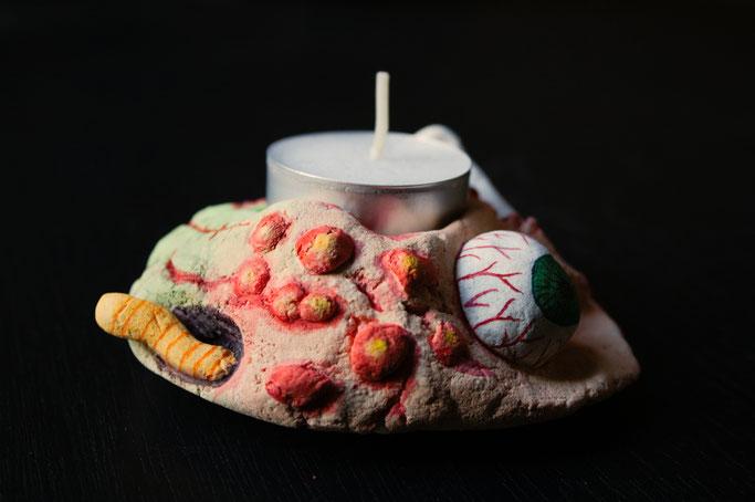 Halloween - gruseliger Kerzenhalter aus Salzteig - Eiterpickel und Augapfel - Zebraspider DIY Blog
