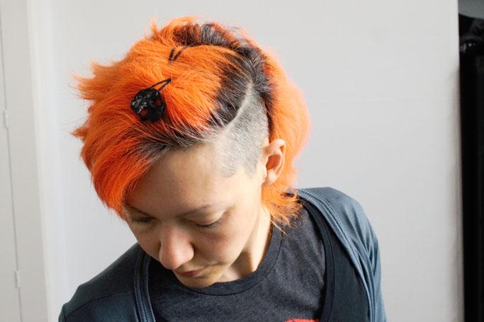 Arbeitsoutfit im englischen Sommer - Totenkopf Haarclip - Zebraspider DIY Anti-Fashion Blog
