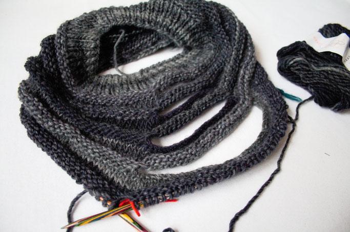 Ein Garn - zwei Strickprojekte - MFTI Outbreak Cowl in Grau WIP - Zebraspider DIY Anti-Fashion Blog