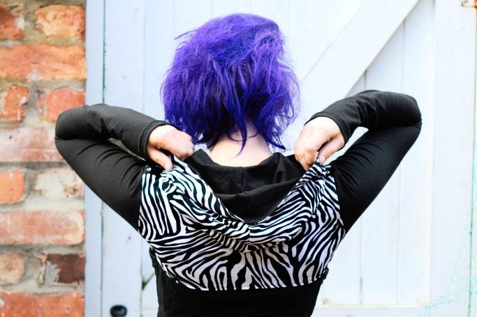 Die neuen Zebrakapuzenshrugs - schwarz weißer Shrug - Zebraspider DIY Anti-Fashion Blog